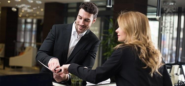 Giao tiếp với nhân viên là điều vô cùng cần thiết trong việc kinh doanh khách sạn